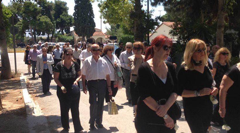 Θρήνος και «γιατί;» στην κηδεία της Ελευθερίας Αγραφιώτου