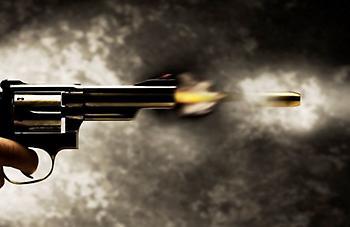 Δέχτηκε πυροβολισμούς από τέσσερα άτομα που επέβαιναν σε Ι.Χ.