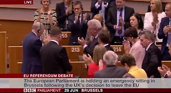 Το συγκινητικό «αντίο» των ευρωβουλευτών στον Βρετανό επίτροπο Τζόναθαν Χιλ
