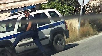 «Αναζητείται» διακαώς ο «καυτός» αστυνομικός που πόζαρε για την τουρίστρια