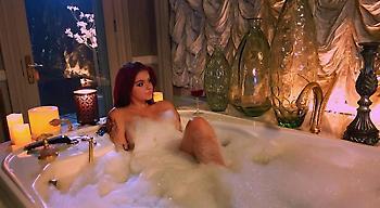 Χαλαρώνει στο μπάνιο και τραντάζει το Instagram η Άριελ Γουίντερ!