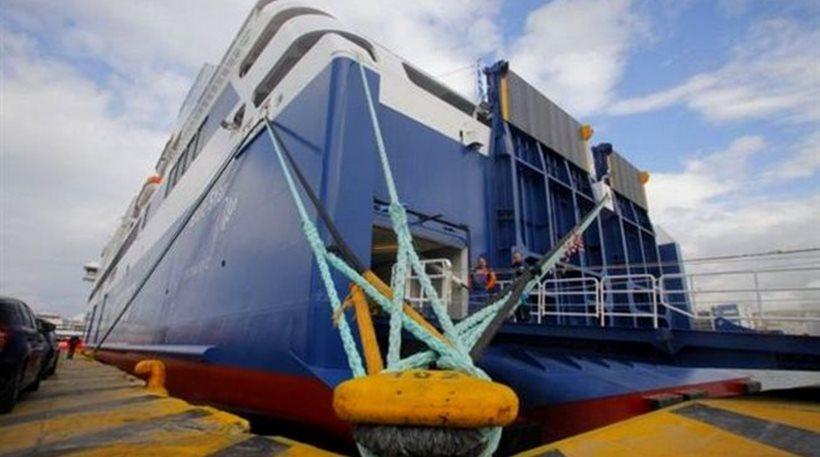 Δεμένα τα πλοία στα λιμάνια - Κομφούζιο στον Πειραιά