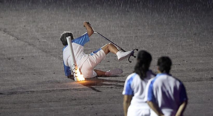 ΣΥΓΚΛΟΝΙΣΤΙΚΟ: Παραολυμπιονίκης έπεσε, σηκώθηκε και αποθεώθηκε από τον κόσμο (video, pics)