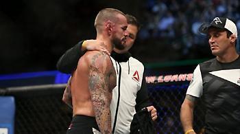Πρώην σταρ του WWE τα βρήκε σκούρα στο UFC (video)