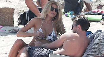 Η «καυτή» Σάρλοτ ΜακΚίνεϊ με τον γιο του Κλιντ Ίστγουντ στην παραλία (pics)
