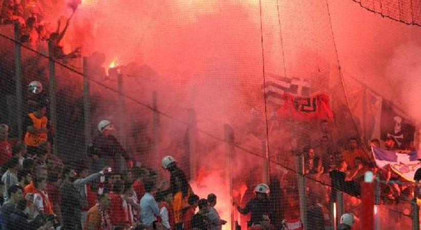 Με σημαία της Χρυσής Αυγής οπαδοί του ΑΠΟΕΛ στο Καραϊσκάκη (pics)
