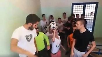 ΕΠΙΚΟ: Παγκόσμιο viral το λύκειο του Χολαργού που κουνάει το σεντόνι του Τσάμπιονς Λιγκ (video)