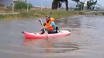 Βίντεο: Απίστευτος τύπος έκανε κανό στους πλημμυρισμένους δρόμους της Γλυφάδας!