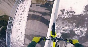 Κόβει την ανάσα: Ακροβατεί με το ποδήλατο στο χείλος του γκρεμού (video)