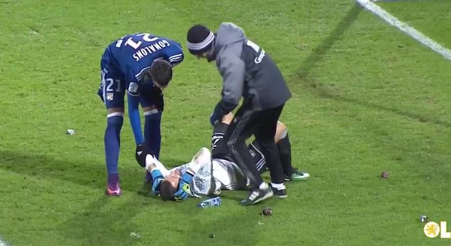 Τραυματίστηκε από κροτίδες ο τερματοφύλακας της Λιόν! (video)