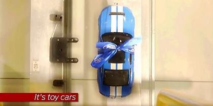 Η γραμμή παραγωγής εργοστασίου της Ford γεμίζει με… αυτοκινητάκια (video)
