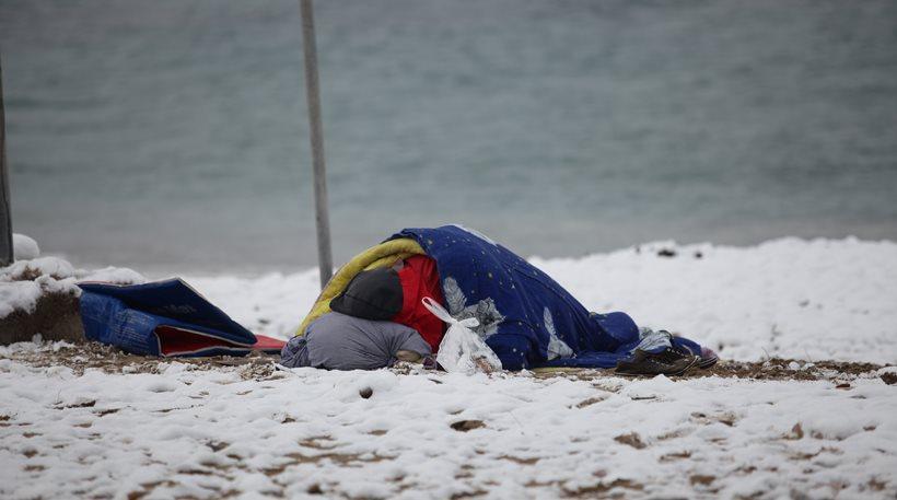 Άστεγος κοιμάται στη χιονισμένη παραλία του Παλαιού Φαλήρου