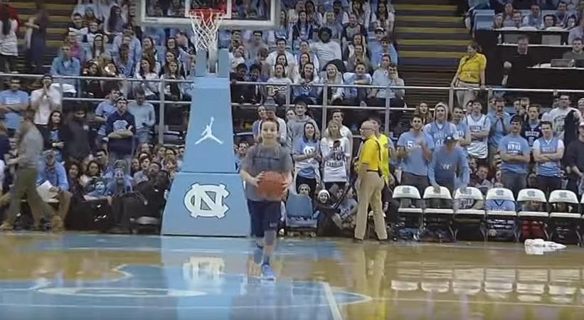 Ball boy βάζει τρία σερί σουτ από το κέντρο και αποθεώνεται (video)
