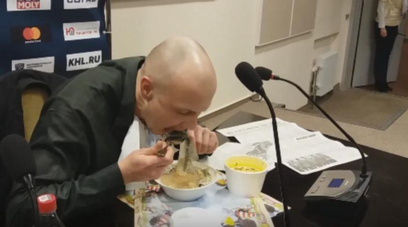 Λευκορώσος δημοσιογράφος έχασε στοίχημα και έφαγε την εφημερίδα του σούπα!