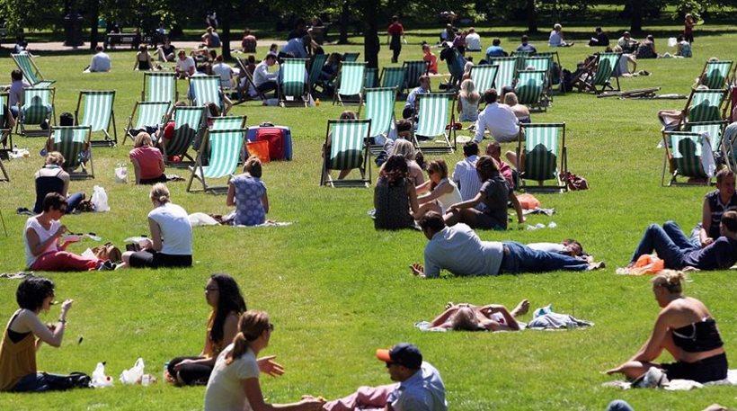 Οι Βρετανοί «πανηγυρίζουν» διότι έχουν πιο ζεστό καιρό από... την Ελλάδα!
