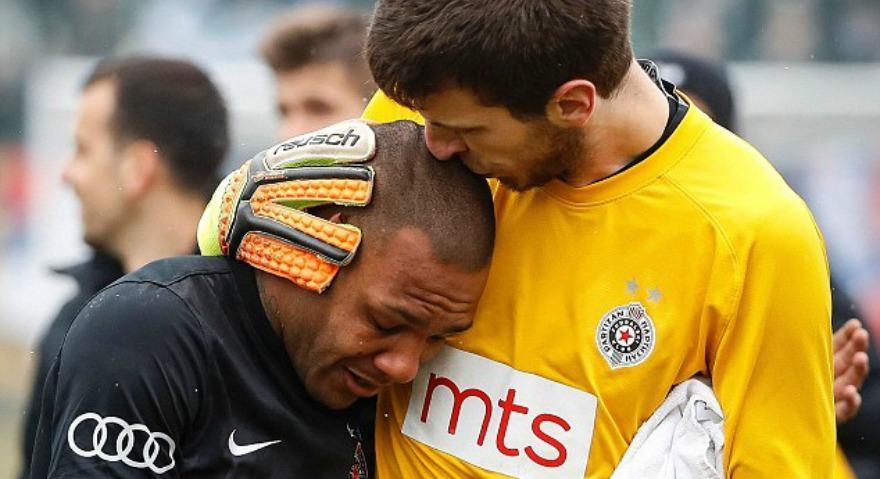 Ποδοσφαιριστής της Παρτίζαν αποχώρησε με δάκρυα λόγω ρατσιστικής επίθεσης οπαδών της Ραντ (video)