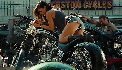 Η Megan Fox ανοίγει στον ντελιβερά με δερμάτινα εσώρουχα και τον στέλνει αδιάβαστο (pics)