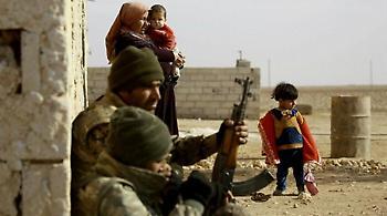 Απίστευτη θηριωδία: Γυναίκες και παιδιά «ανθρώπινη ασπίδα» για τους τζιχαντιστές στη Ράκκα