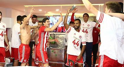 Το γιόρτασαν και στα αποδυτήρια οι παίκτες του Ολυμπιακού (pics)