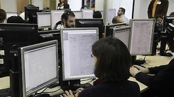 Εurostat: Αυξάνονται οι μισθοί στο Δημόσιο, μειώνονται στον ιδιωτικό τομέα