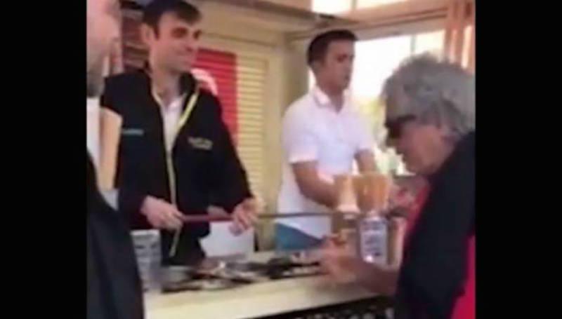 Το «μαρτύριο» του Τάκη Τσουκαλά για να φάει παγωτό στην Τουρκία (video)