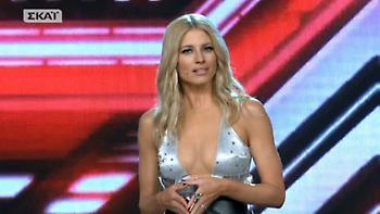 X Factor: Εγκεφαλικά μοίρασε η Ευαγγελία Αραβανή! Με αβυσσαλέο ντεκολτέ στη σκηνή!