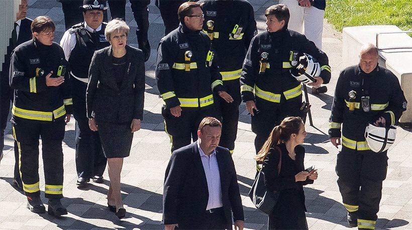 Η φωτιά στον Πύργο Γκρένφελ «καίει» την Τερέζα Μέι: Σφοδρές αντιδράσεις για την στάση της