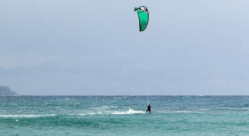Νάξος: Έκανε kite surf και ο αέρας την πέταξε σε τοίχο ξενοδοχείου -Νοσηλεύεται σε σοβαρή κατάσταση