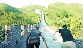 Ο Πογκμπά κάνει προετοιμασία στο Σινικό Τείχος (video)