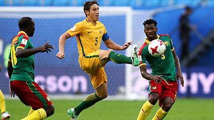 Αποχαιρετούν χέρι-χέρι Καμερούν και Αυστραλία