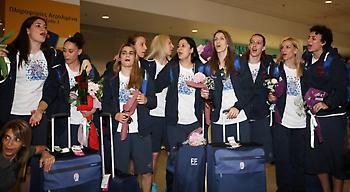 «Θερμή» υποδοχή για την Εθνική Γυναικών στο αεροδρόμιο! (video/pics)