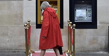 Το πρώτο ATM του κόσμου έγινε χρυσό για τον εορτασμό των 50 χρόνων του