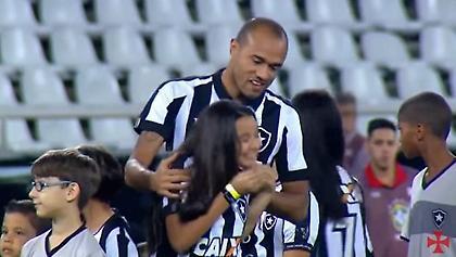 Ανατριχίλα: Παίκτης μπαίνει στο γήπεδο με την τυφλή κόρη του και ο κόσμος τους αποθεώνει (video)