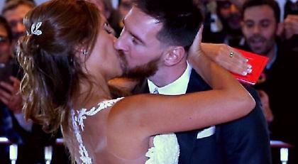Ο ξέφρενος χορός και το περίεργο φιλί του Μέσι με την Αντονέλα (video)