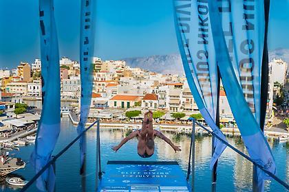 Οι εντυπωσιακές βουτιές από το «Cliff Diving Agios Nikolaos» θα σου κόψουν την ανάσα! (pics/video)