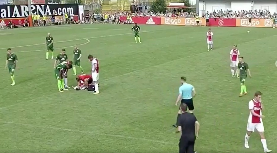 Κατέρρευσε ποδοσφαιριστής του Άγιαξ κατά τη διάρκεια αγώνα (vids)