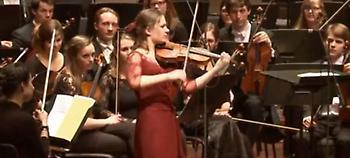 Εμι Στορμς: Η Ολλανδή βιολίστρια που παίζει Τσιτσάνη και εντυπωσιάζει (video)