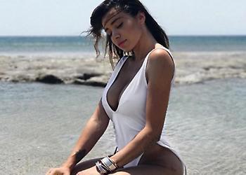 Όλγα Φαρμάκη: Οι σέξι πόζες με μαγιό και το ταξίδι με την αδερφή της στα Μετέωρα!