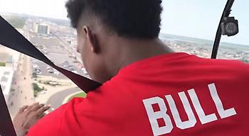 Ρεκόρ Γκίνες από τους Χάρλεμ: Καλάθι από ύψος 180μ. μέσα από ελικόπτερο (video)