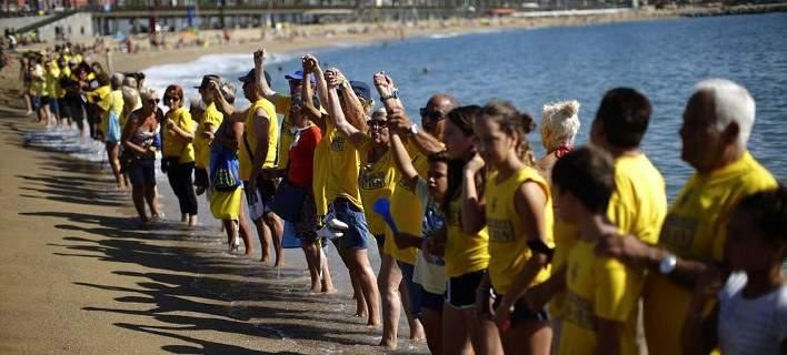Aπίστευτες εικόνες στη Βαρκελώνη: Κάτοικοι εμποδίζουν τουρίστες να μπουν στη θάλασσα! (pics)