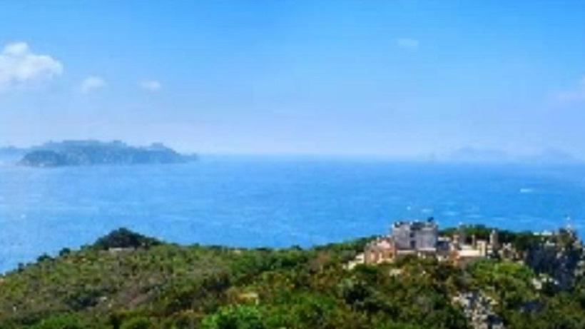 Μέσα στο διάσημο νησί των οργίων στην Ιταλία!