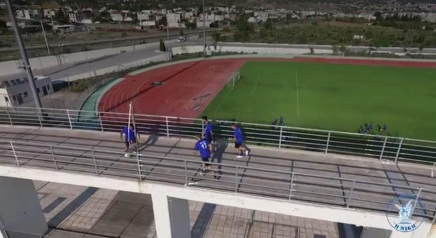 Η Νίκη Βόλου «πικάρει» τους χούλιγκανς και παίζει μπάλα στην πεζογέφυρα του Πανθεσσαλικού (video)
