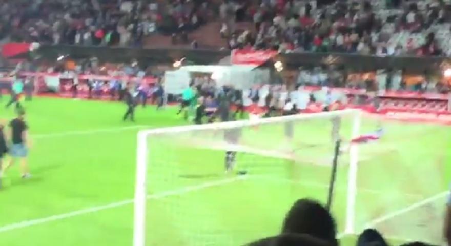 Β' Γαλλίας: Τερματοφύλακας έκανε… βολέ στην κερκίδα και έγινε «ντου» οπαδών (videos)