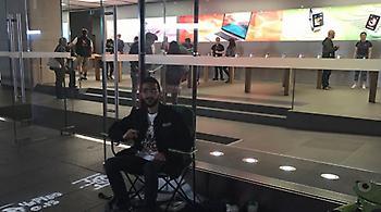 Κατασκήνωσε έξω από κατάστημα της Apple... δέκα μέρες πριν έρθει το νέο iPhone
