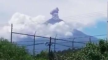 Μεξικό: Η στιγμή που ο σεισμός ενεργοποιεί το ηφαίστειο Ποποκατεπέτλ (video)