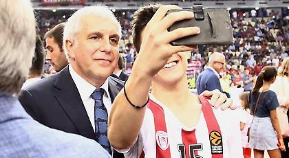Βγήκε φωτογραφίες με φίλους του Ολυμπιακού ο Ομπράντοβιτς! (pics)