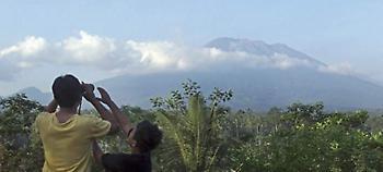 Στο Μπαλί εγκαταλείπουν τα σπίτια τους λόγω ηφαιστείου -Κίνδυνος να εκραγεί