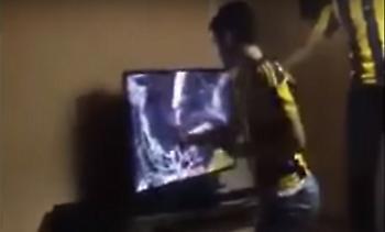 Οπαδός τη Φενέρ έκανε κομμάτια την τηλεόραση στο ντέρμπι με την Μπεσίκτας (video)