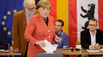Με πορτοκαλί σακάκι και λιγομίλητη ψήφισε η Άνγκελα Μέρκελ