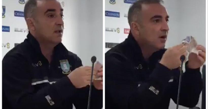 Προπονητής στην Αγγλία έβγαλε χαρτονόμισμα στην συνέντευξη Τύπου και το χτύπαγε με μανία (video)